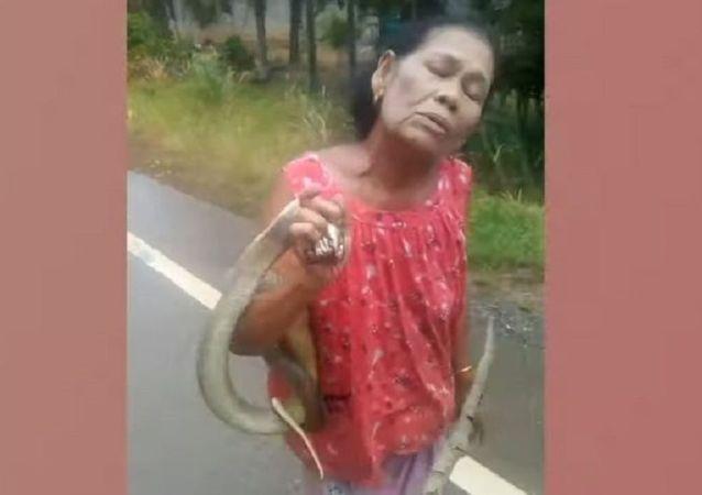 Mulher com cobra viva