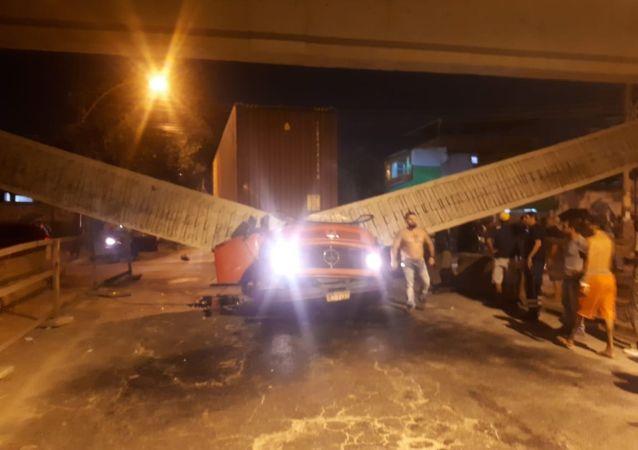 Imagem da parte do viaduto Coelho Neto que desabou na Zona Norte do Rio de Janeiro deixando 2 mortos no dia 8 de agosto de 2019.