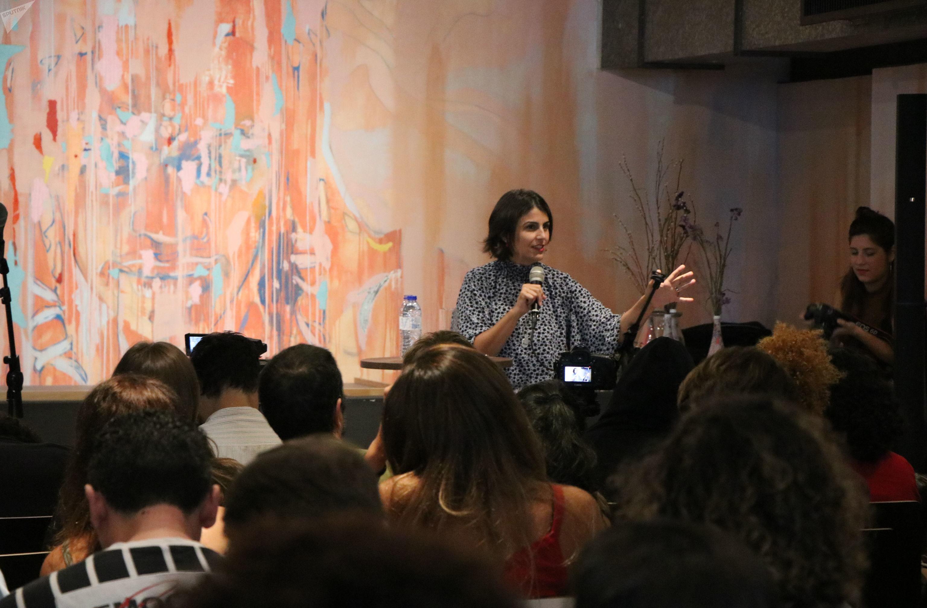 Manuela d'Ávila falando durante debate em Lisboa sobre o cenário político brasileiro