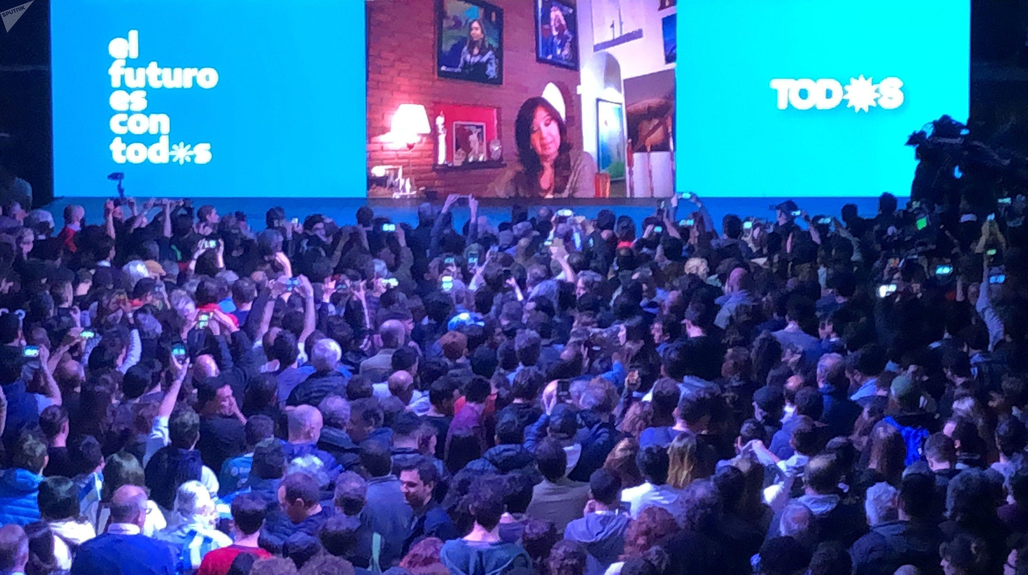 Cristina Kirchner fala com militantes após anuncio do resultado das primárias