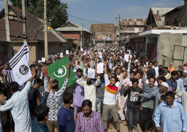Muçulmanos protestan na Caxemira contra medidas da Índia na região. Foto de 12 de agosto de 2019.