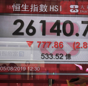 Homem observa dados financeiros fora de um banco de Hong Kong, foto de 5 de agosto de 2019