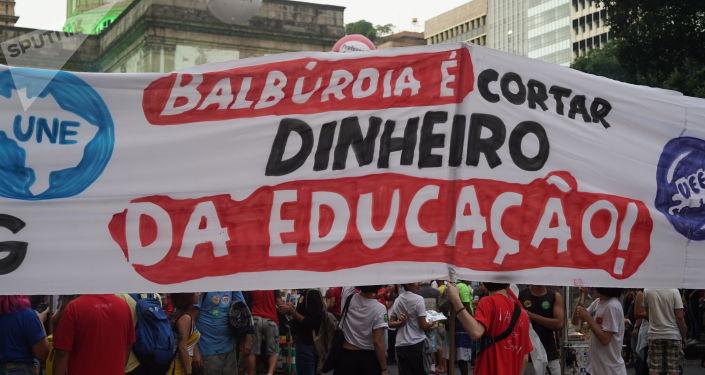 'Balbúrdia é cortar dinheiro da educação': manifestantes no centro do Rio protestam contra cortes do governo, 30 de maio