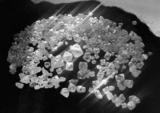 Diamantes extraídos na república de Yakútia, Rússia (foto de arquivo)