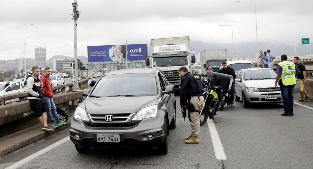 Policial bloqueia ponte Rio-Niterói, onde homem armado fez passageiros de ônibus reféns, 20 de agosto de 2019