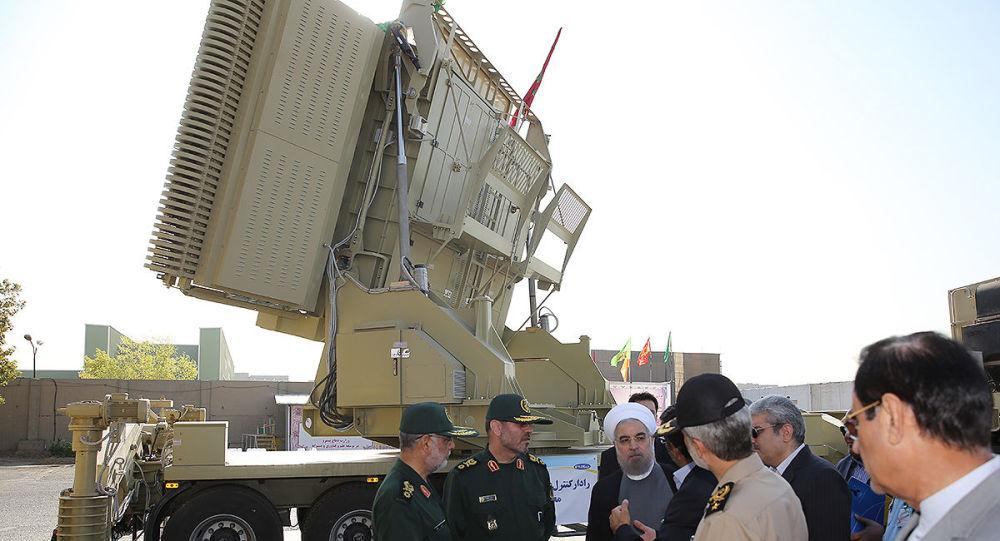 Presidente do Irã Hassan Rouhani e ministro da Defesa Hossein Dehghan junto ao sistema de defesa antiaérea Bavar-300