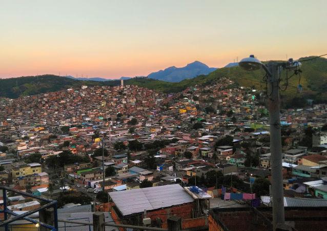 Vista do campo onde treinam as jogadoras da seleção brasileira da Street Child World Cup 2018, no topo do Morro do Caracol, favela do Complexo da Penha, Rio de Janeiro.
