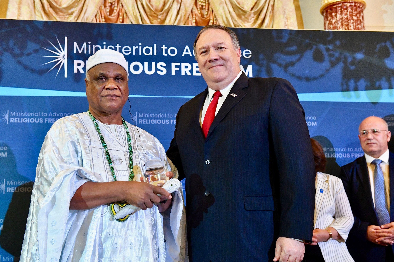 O secretário de Estado dos EUA, Mike Pompeo, posa para uma foto ao lado do babalaô Ivanir dos Santos durante a cerimônia do Prêmio Internacional de Liberdade Religiosa, em Washington, 17 de julho de 2019.