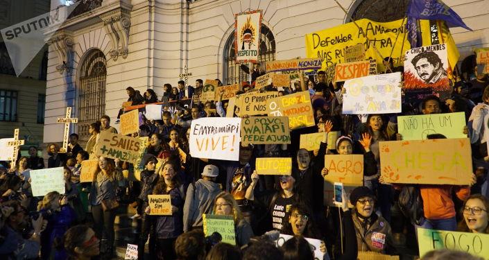 Cartazes da manifestação em defesa da Amazônia no Rio de Janeiro.