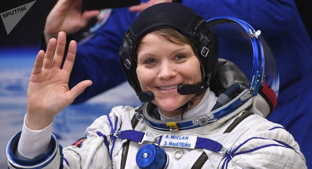 Astronauta da NASA Anne McClain antes do lançamento do foguete Soyuz no cosmódromo de Baikonur