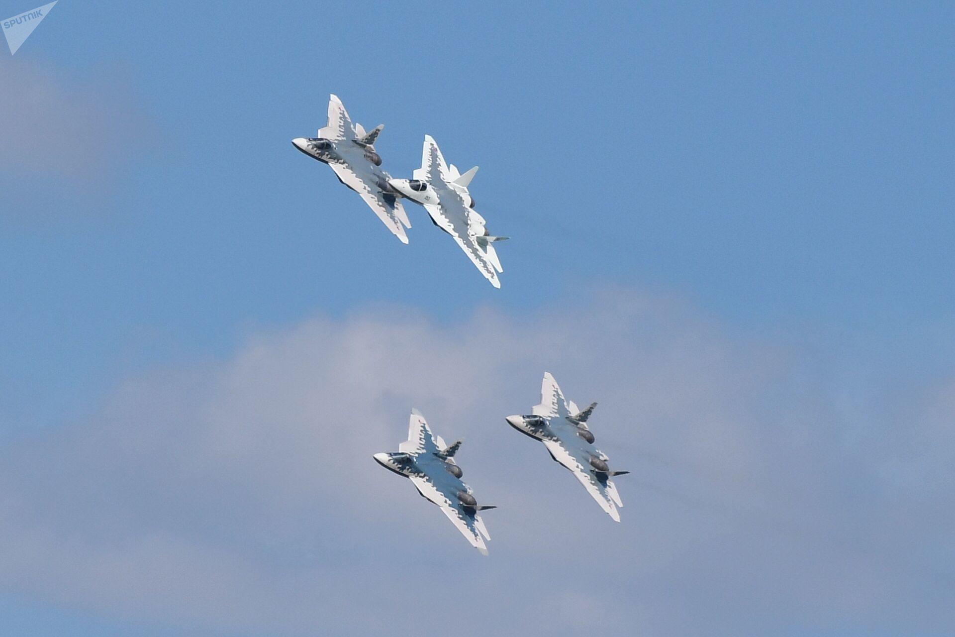 Caças Su-57 durante preparações para abertura do Salão Aeroespacial Internacional MAKS-2019