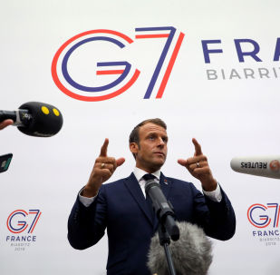 Presidente francês Emmanuel Macron gesticula ao falar à imprensa após uma sessão plenária no centro de Bellevue, em Biarritz, França, 25 de agosto de 2019