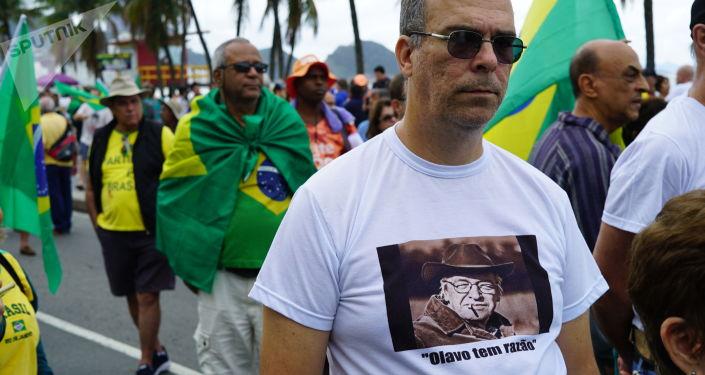 Homem em ato do Vem Pra Rua em Copacabana.