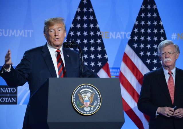 Presidente dos EUA, Donald Trump, e assessor de Segurança Nacional, John Bolton, na cúpula da OTAN em Bruxelas