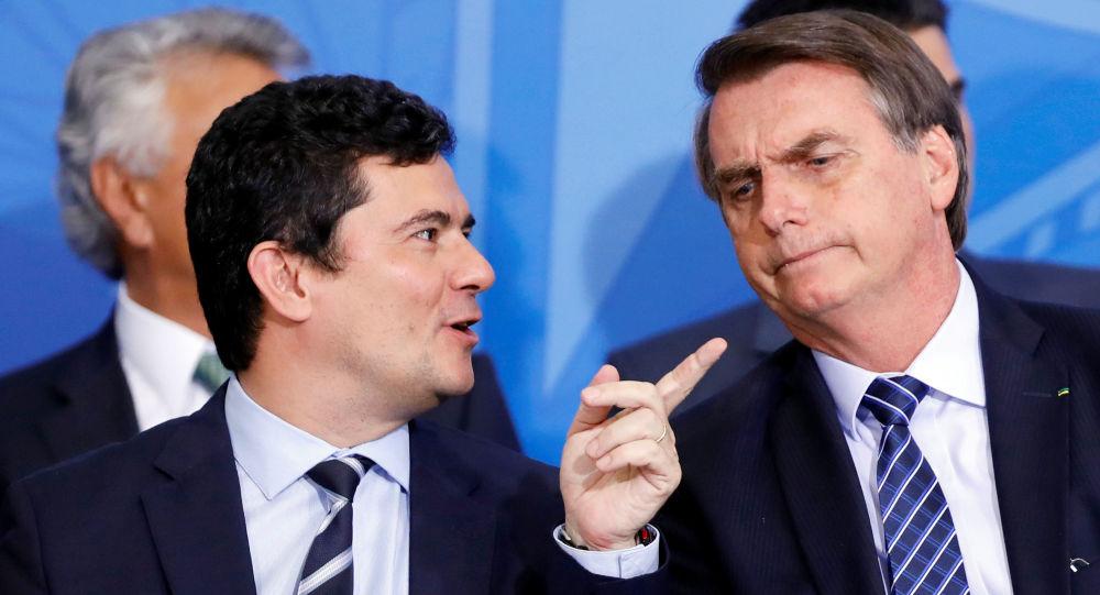 O ministro da Justiça e Segurança Pública, Sérgio Moro, com o presidente Jair Bolsonaro durante cerimônia de lançamento do projeto Em Frente, Brasil em Brasília