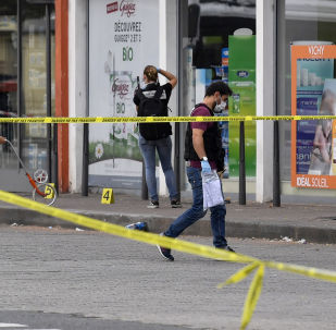 Policiais procuram evidências em frente a uma farmácia em Villeurbanne, nos arredores de Lyon, sudeste da França, em 31 de agosto de 2019
