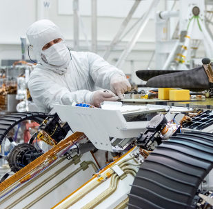 Engenheiro instala o Mars Helicopter no rover Mars 2020, no Laboratório de Propulsão a Jato (JPL) da NASA em Pasadena, na Califórnia, em 27 de agosto de 2019
