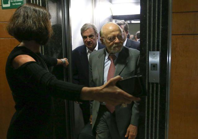 Alberto Goldman (ao fundo, à direita) deixa elevador acompanhado do senador Tasso Jereissati (ao fundo, à esquerda) para reunião da Executiva Nacional do PSDB.