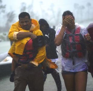 Família é resgatada em meio ao avanço do furacão Dorian pelas Bahamas