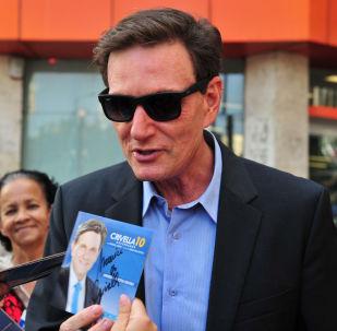 O candidato ao governo do Rio de Janeiro, Marcelo Crivella, faz campanha corpo-a-corpo na Tijuca, no Rio de Janeiro, RJ.