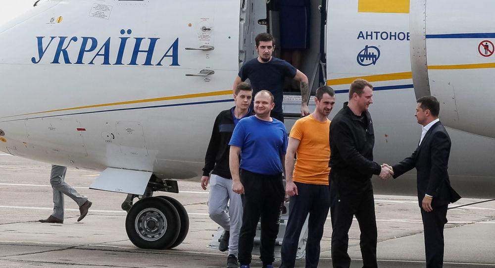 Presidente da Ucrânia, Vladimir Zelensky recepciona prisioneiros ucranianos em Kiev