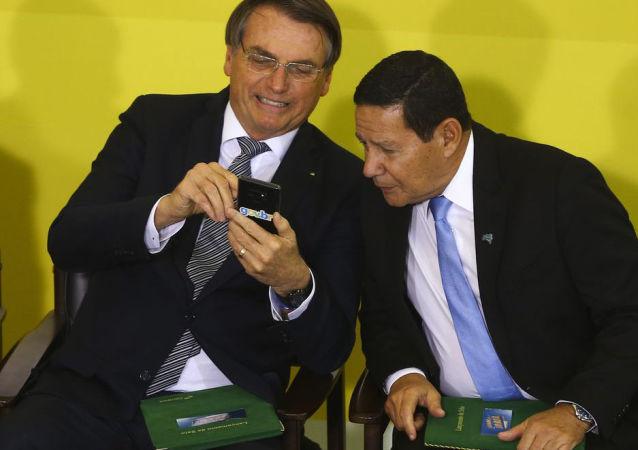 O presidente Jair Bolsonaro e o seu vice, Hamilton Mourão, participam do Lançamento da Campanha Semana do Brasil.