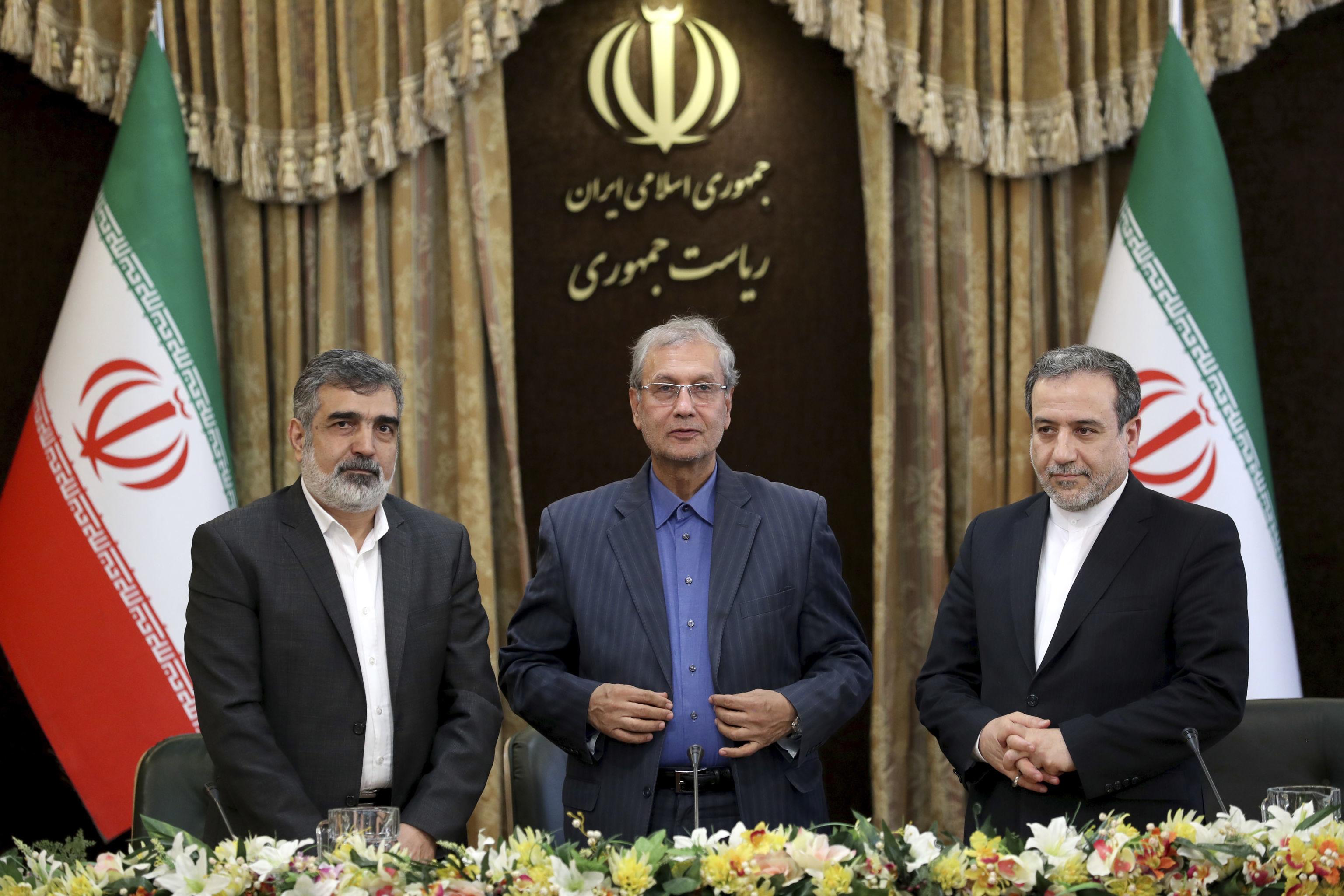 Autoridades iranianas em comitiva de imprensa sobre o programa nuclear do país em Teerã, Irã