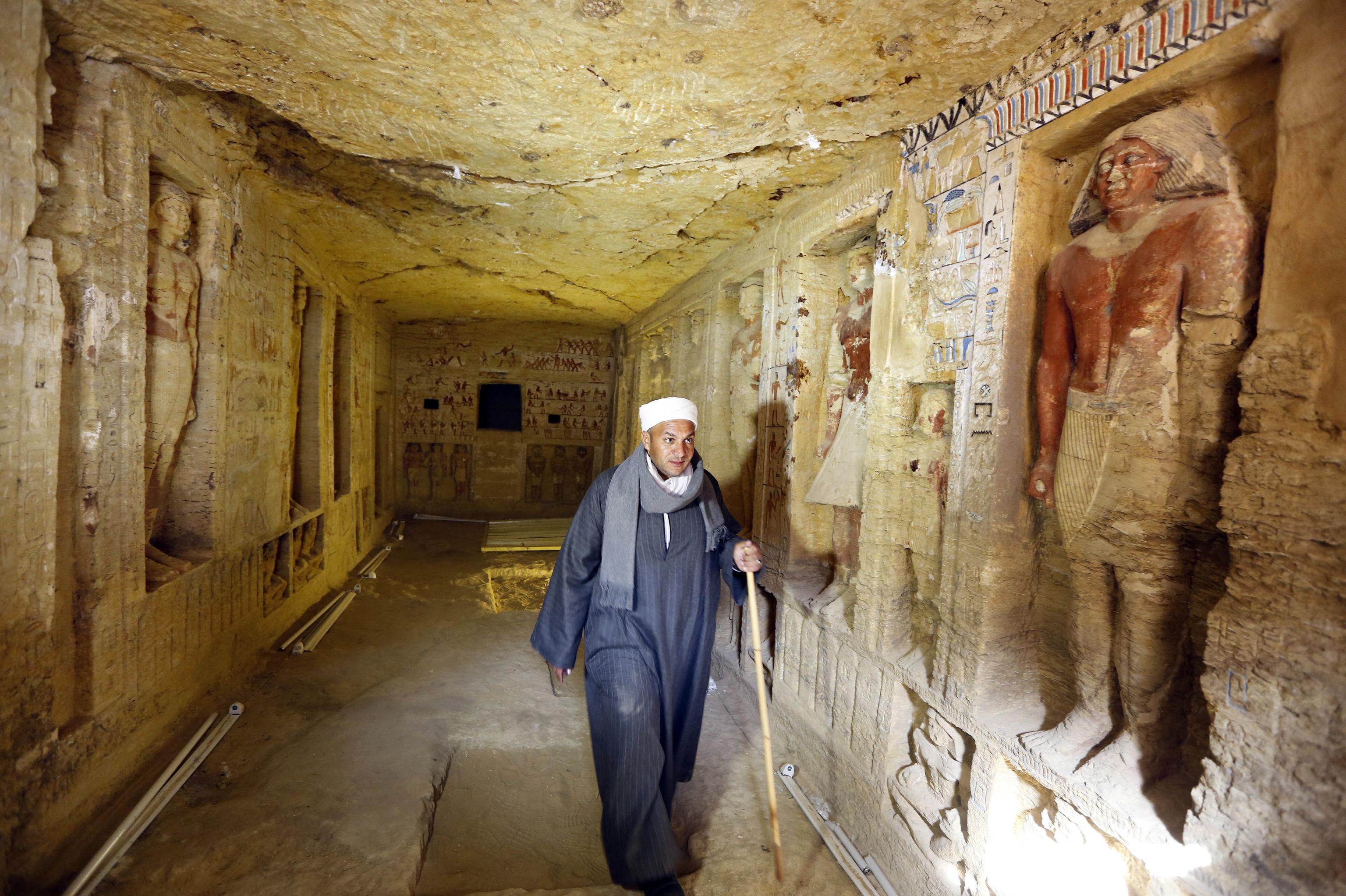 Mustafa Abdo, chefe dos trabalhos de escavação, caminha em uma tumba recém-descoberta no sitio arqueológico de Sacará