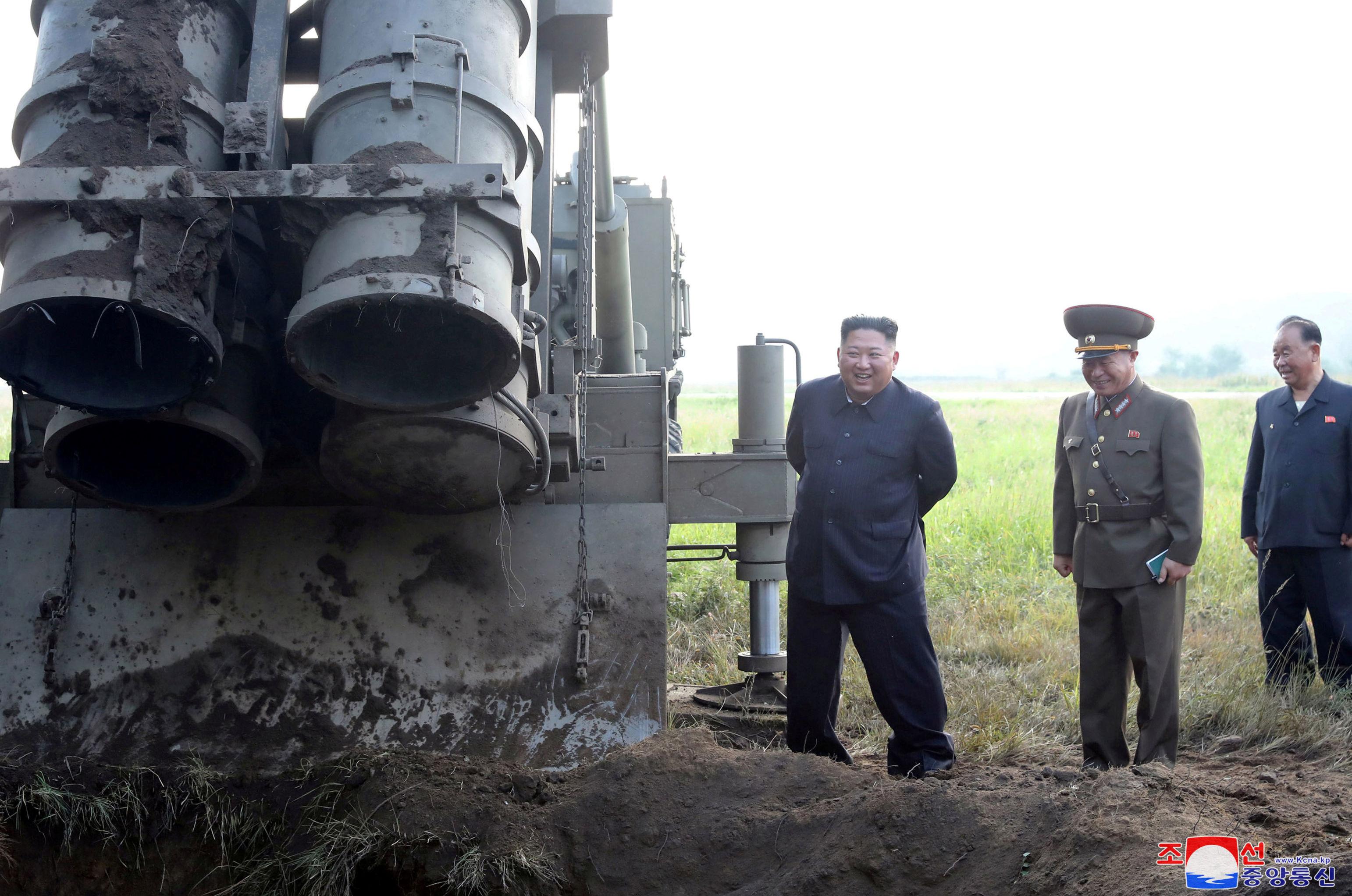 Líder norte-coreano, Kim Jong-un, supervisiona teste de novo lançador múltiplo de foguetes, 10 de setembro de 2019