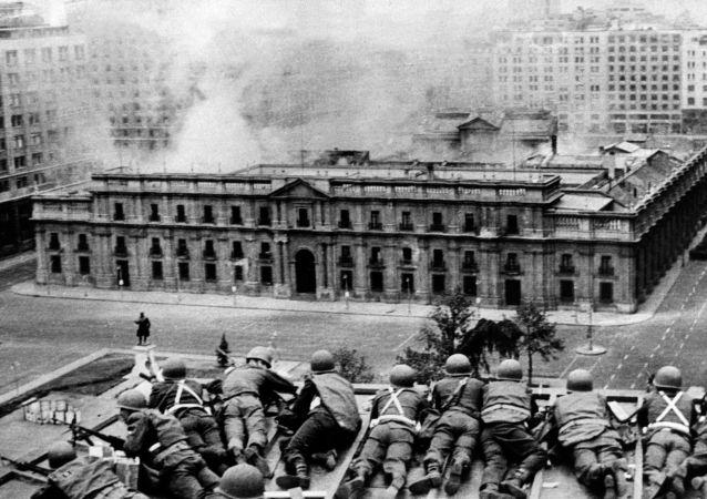 Militares atiram contra o Palácio La Moneda para derrubar o presidente Salvador Allende em 11 de setembro de 1973.