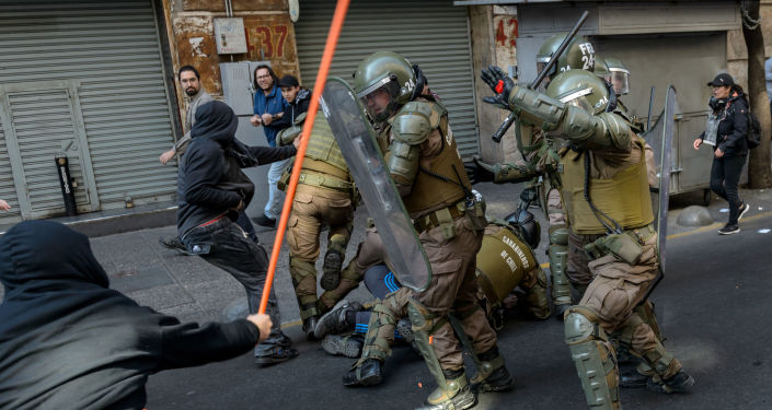 Manifestantes do ato pela memória do golpe de 1973 entram em confronto com a polícia chilena.