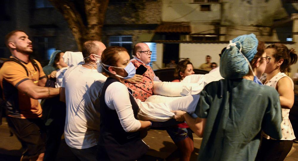 Pacientes foram socorridos às pressas durante o incêndio no hospital Badim, no Rio