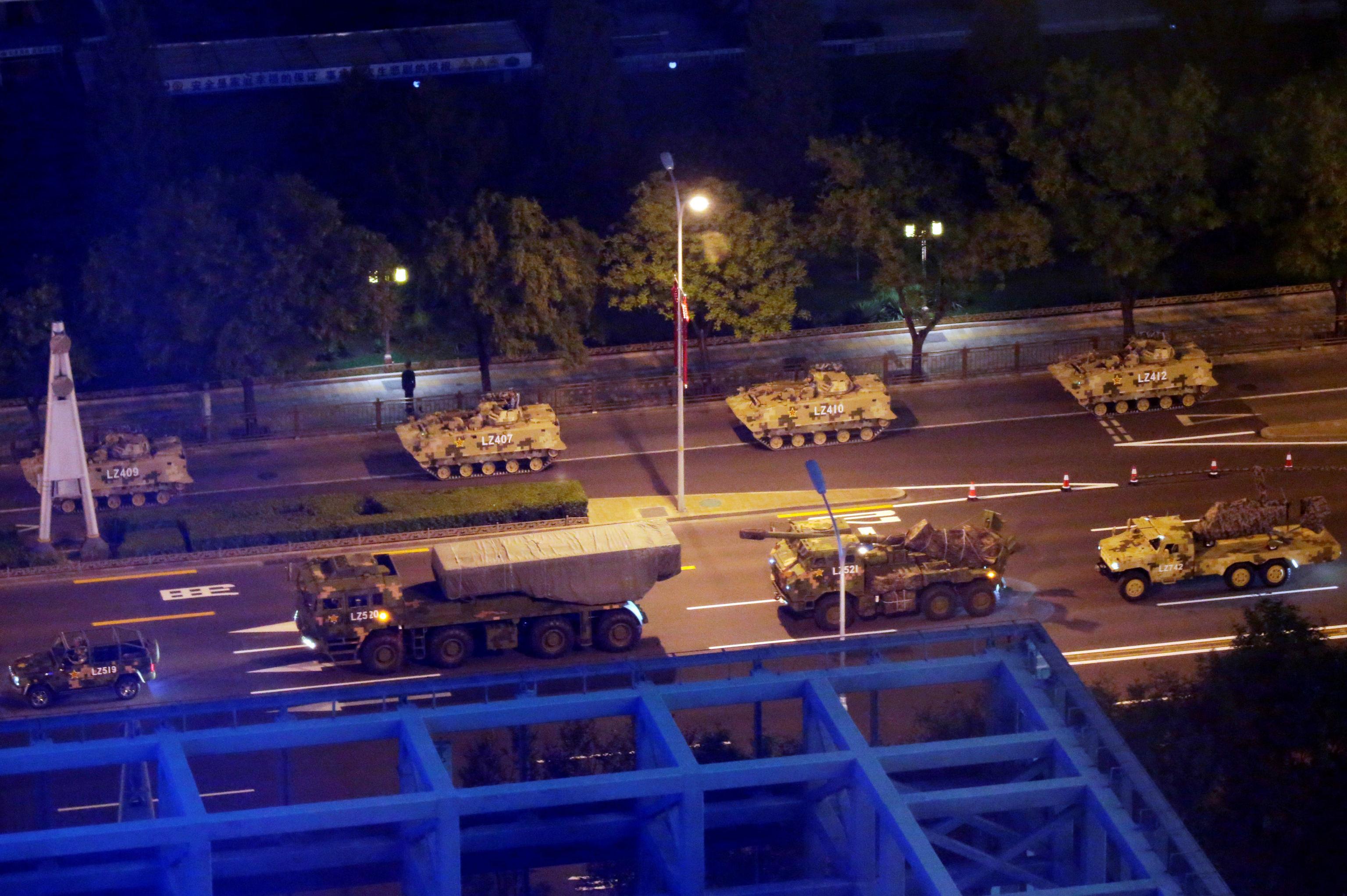 Suposto novo mini-helicóptero militar da China sendo carregado por um pequeno caminhão