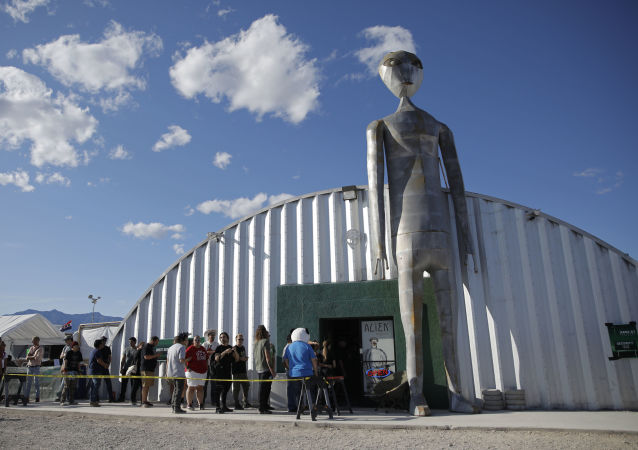 Pessoas fazem fila fora da loja de presentes no evento invasão à Área 51, em Hiko, no estado americano de Nevada, 20 de setembro de 2019