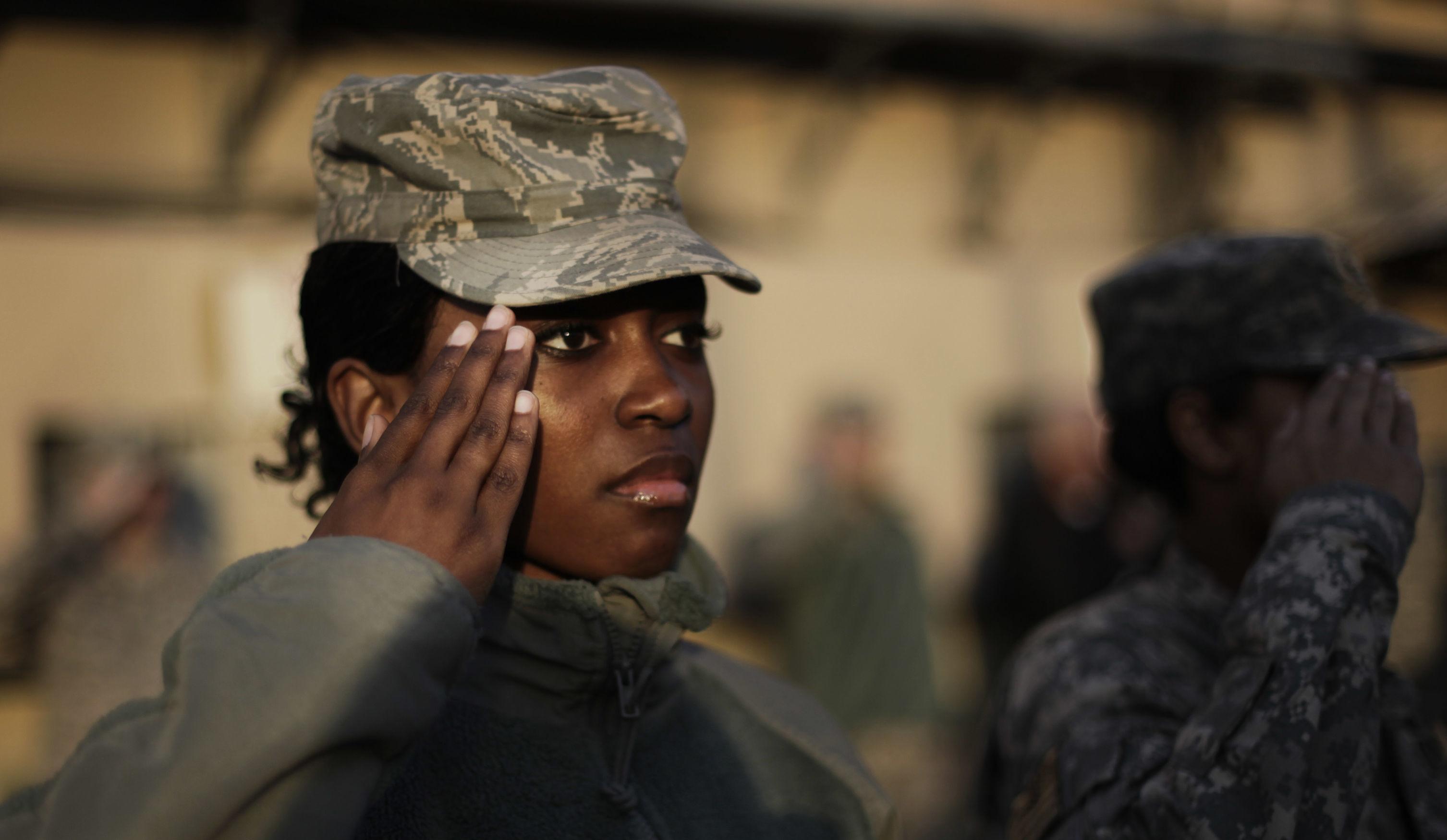 Soldada americana bate continência durante celebração do Dia dos Veteranos.
