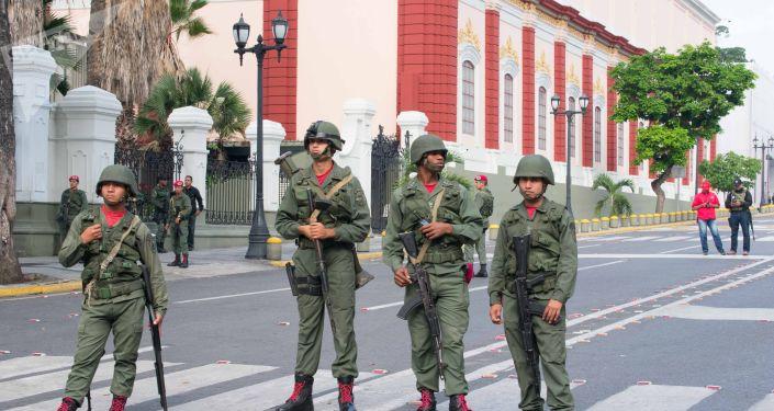 Militares venezuelanos perto de Palácio de Miraflores em Caracas