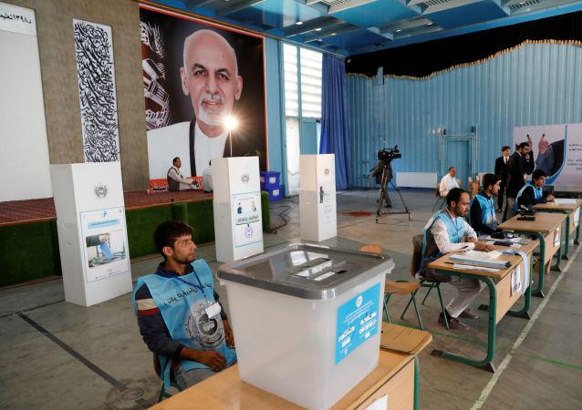 Equipe de trabalhadores da eleição no Afeganistão aguardam a chegada do candidato à Presidência, Ashraf Ghani, para votar no local, em Cabul no dia 28 de setembro de 2019.