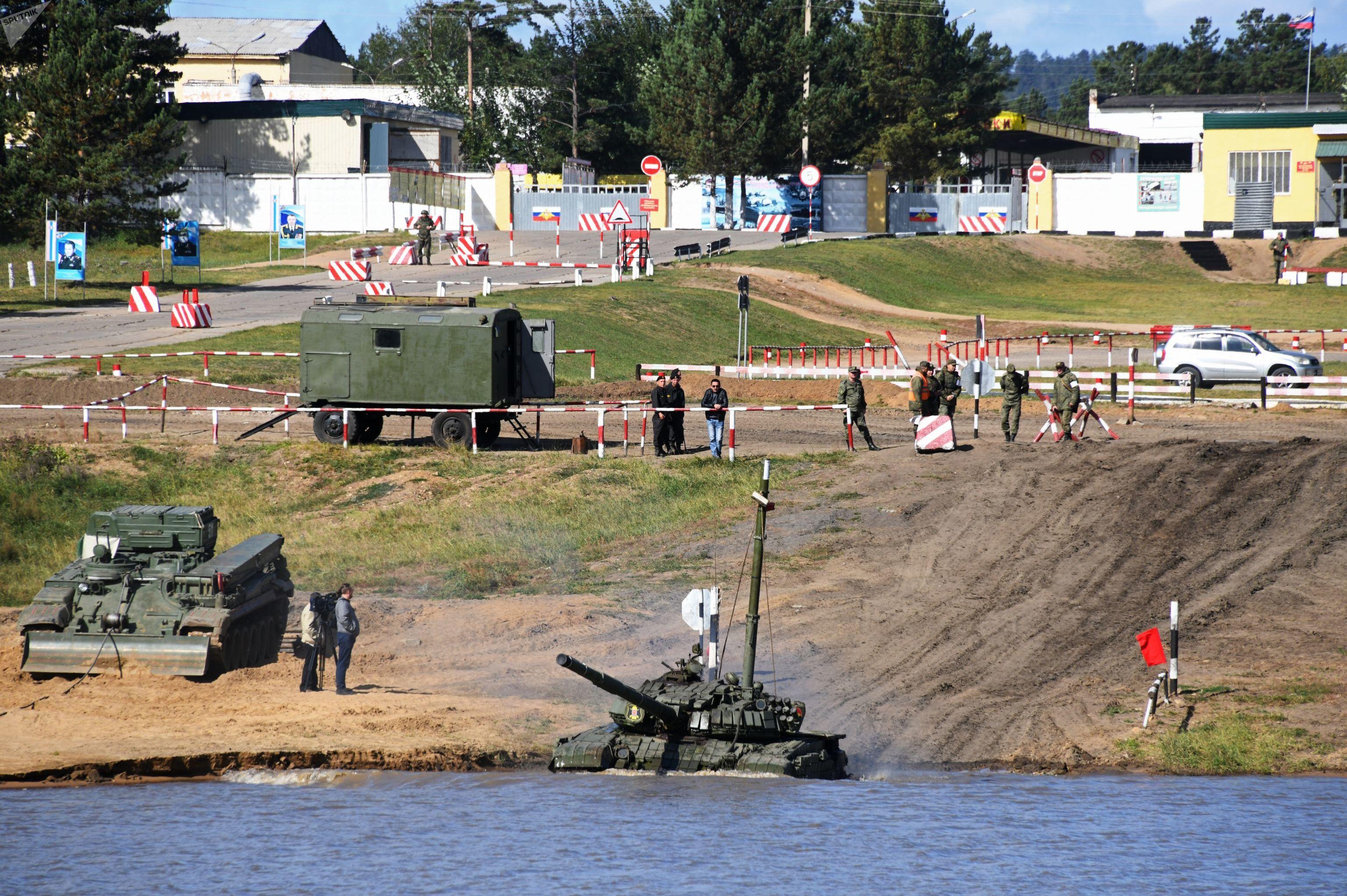 Tanque russo durante passagem sob a água em um exercícios