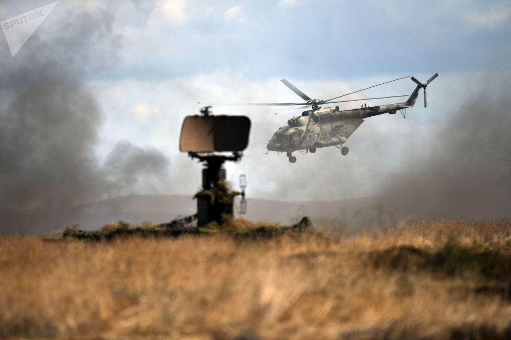 Helicóptero Mi-8 durante exercícios militares no polígono de Opuk na Crimeia, Rússia
