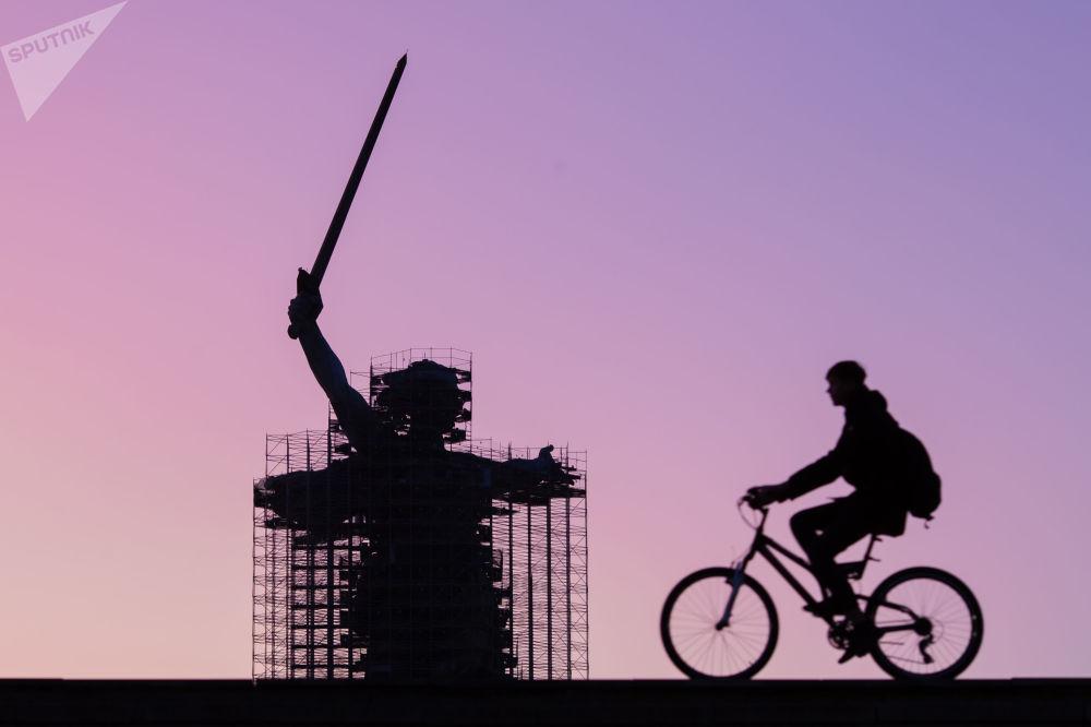 Vista da reconstrução do monumento russo A Pátria Chama em Volgogrado, Rússia