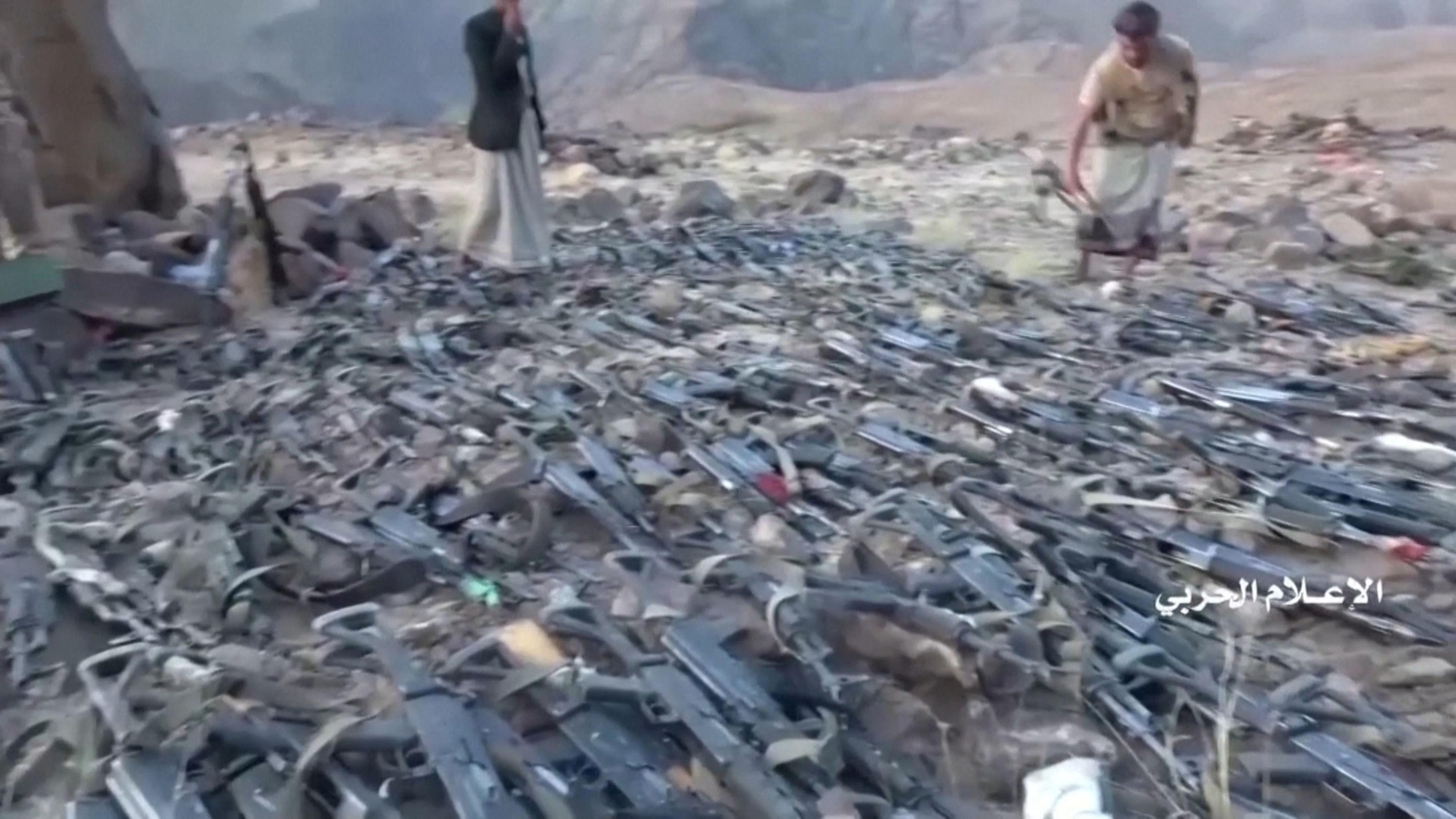 Armas supostamente pertencentes a forças sauditas, capturadas por houthis iemenitas, é vista após ataque na província saudita de Najran, perto da fronteira entre Iêmen e Arábia Saudita, 29 de setembro de 2019
