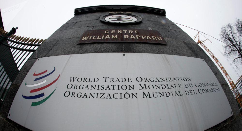 Emblema da Organização Mundial de Comércio (OMC) que fica perto da entrada na sede da organização em Genebra