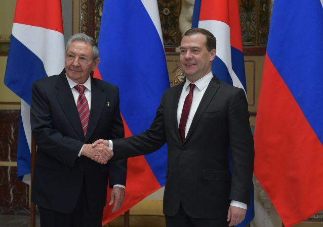 Encontro do primeiro-ministro da Rússia Dmitry Medvedev  com o líder cubano Raúl Castro, em Moscou. 6 de maio de 2015