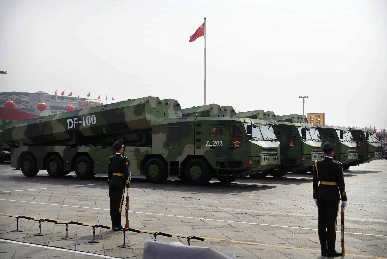 Veículos militares chineses carregando o míssil de cruzeiro DF-100 no decorrer do desfile militar em homenagem aos 70 anos da criação da República Popular da China