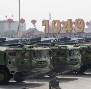 Veículos militares chineses transportando o míssil balístico DF-17 durante o desfile militar em homenagem aos 70 anos da criação da República Popular da China