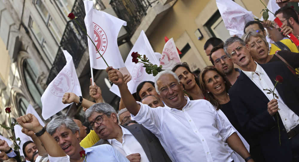 Primeiro-ministro português e líder do Partido Socialista, António Costa, segurando uma rosa durante a campanha das eleições