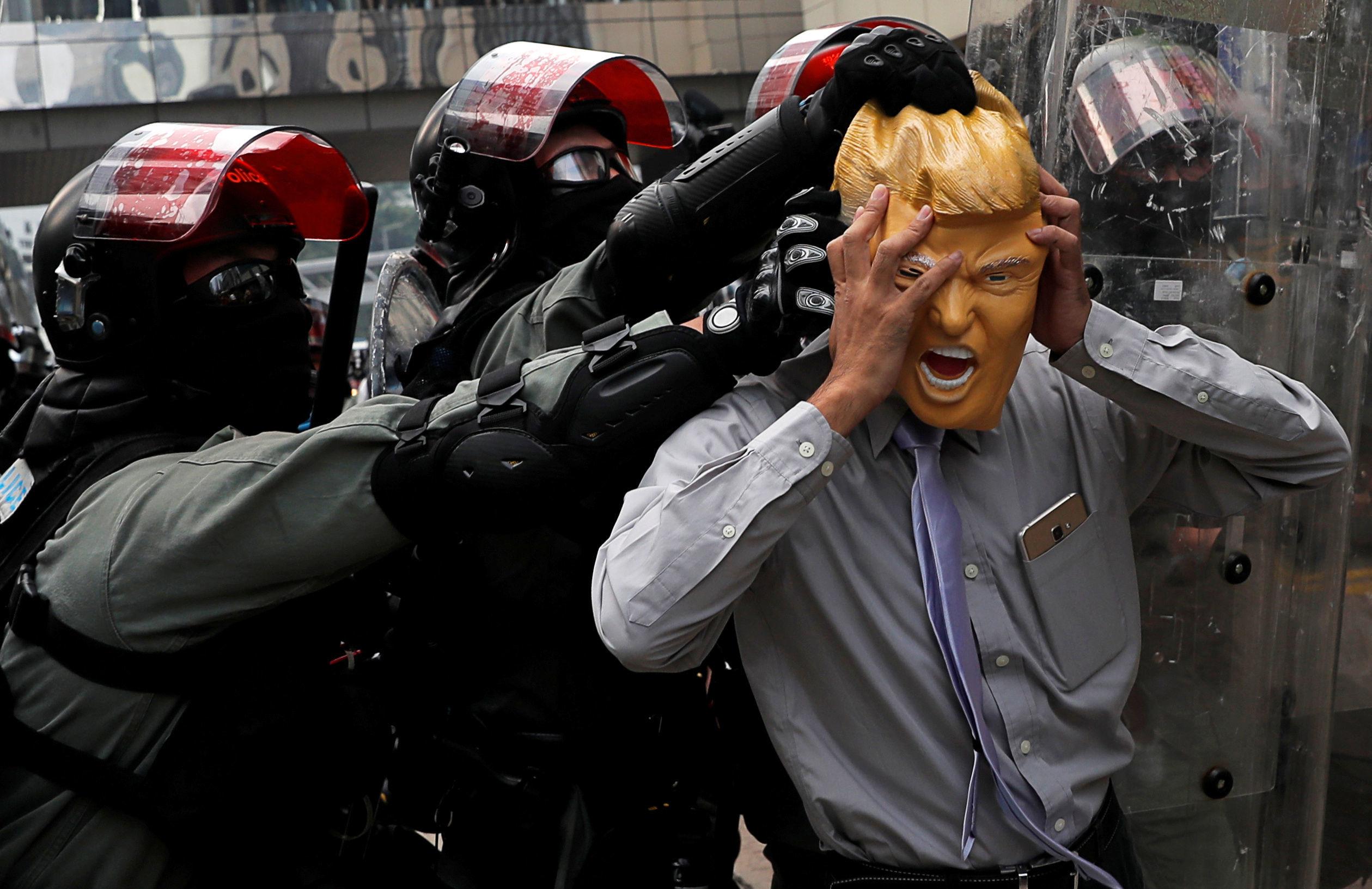 Manifestante antigovernamental usando máscara do presidente norte-americano Donald Trump, durante manifestações em Hong Kong