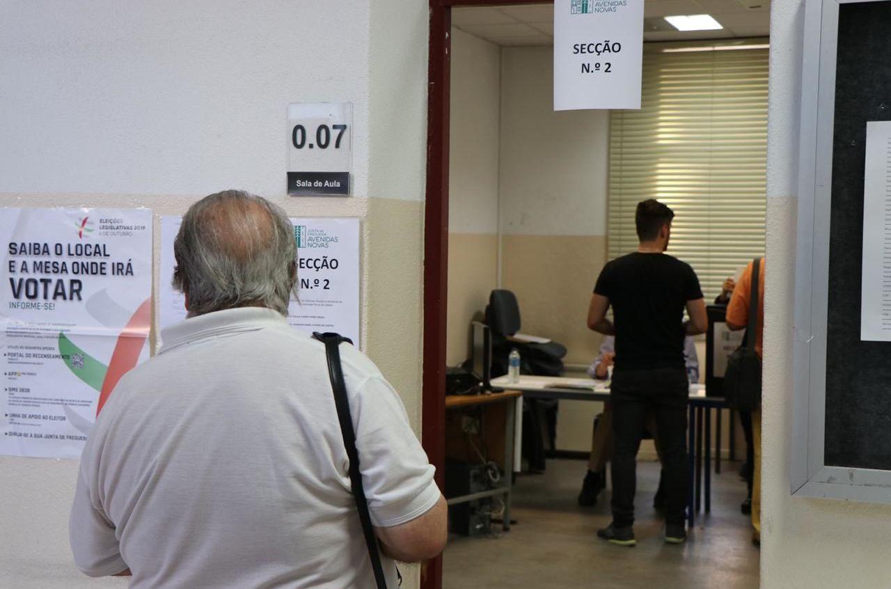 Eleitores esperam para votar em Lisboa, Portugal