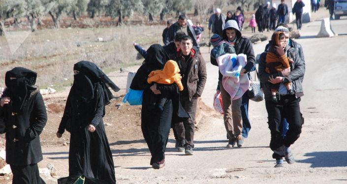 Refugiados com crinaças no distrito de Afrin, Curdistão sírio, 11 de fevereiro de 2016
