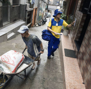 Carteiro brasileiro entrega carta em comunidade no Rio de Janeiro